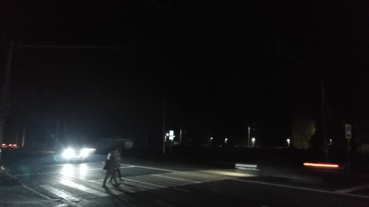 Детям светят только фары: в Ярославле Тутаевское шоссе погрузилось в кромешную тьму