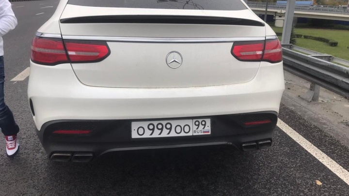 Повесил на машину фейковые госномера и лихачил: в Тюмени задержали водителя Mercedes