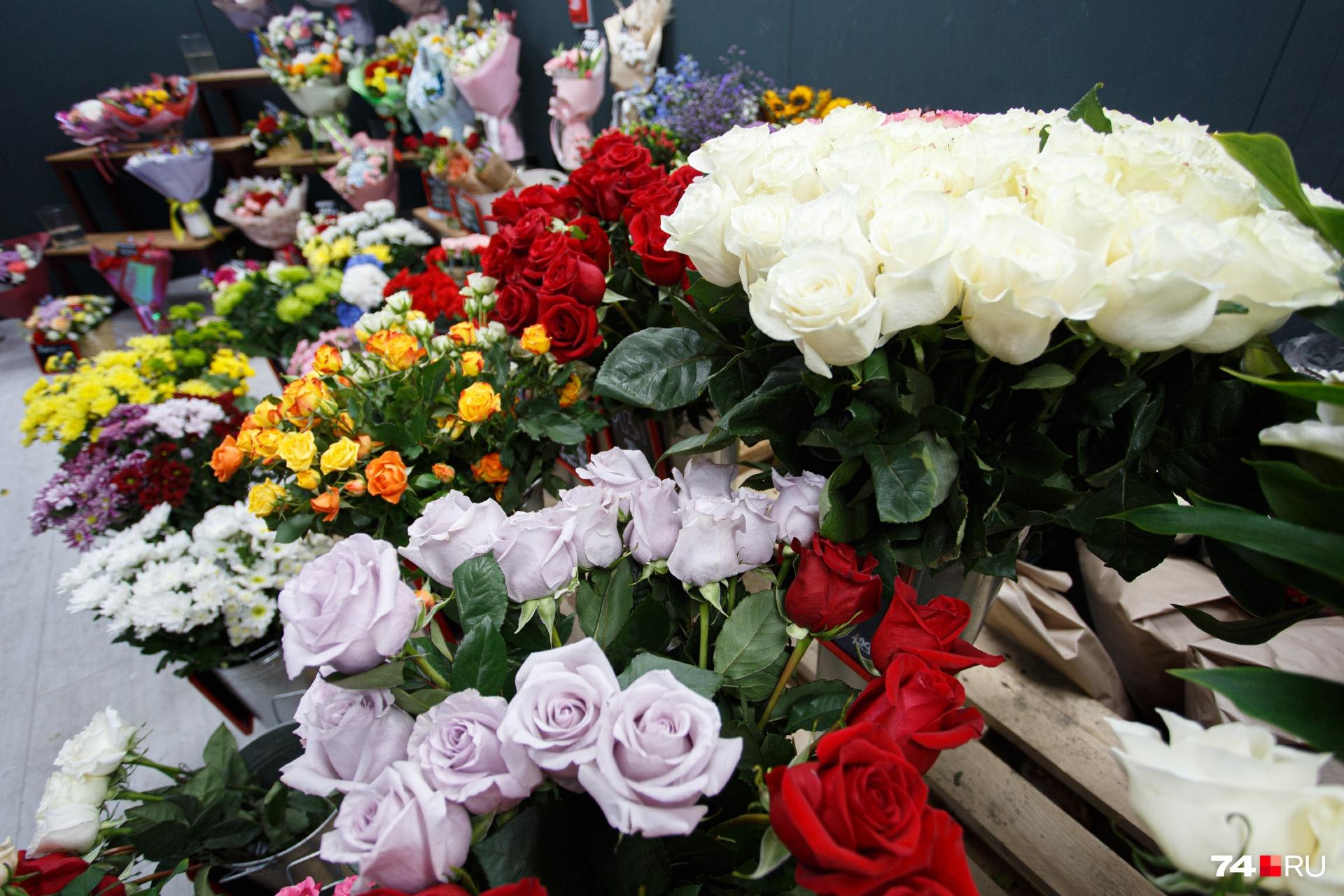 Из цветочных магазинов эти розы и хризантемы сегодня уже перекочуют в вазы учителей
