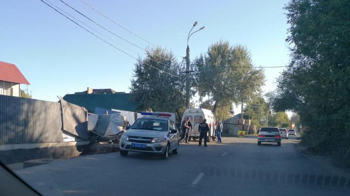 В Самаре «Лада Приора» снесла забор и влетела во двор жилого дома