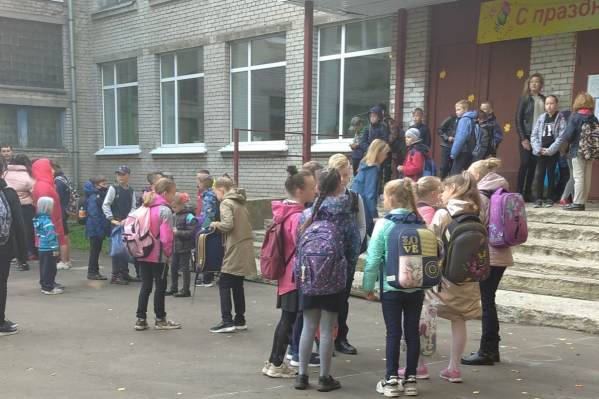 Архангелогородка переживает, что в холодную погоду, ожидая на улице своей очереди зайти в школу, многие дети простудятся
