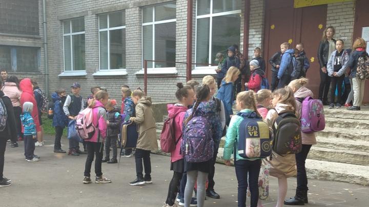 «Сейчас с соплями все сядем на больничный!»: мама второклашки из Архангельска — об очередях в школу