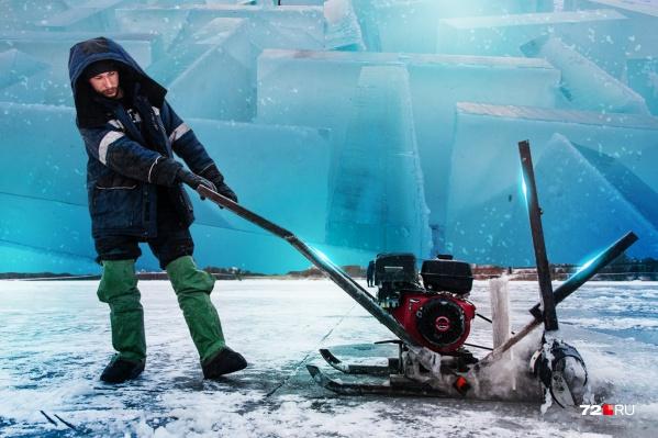 Добытчики льда — закаленные люди. Они работают на улице с раннего утра и до вечера, пока не сядет солнце
