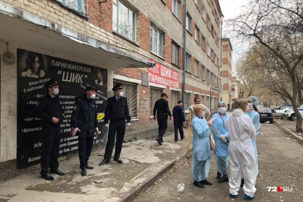 У общежития сейчас дежурят полицейские и медики