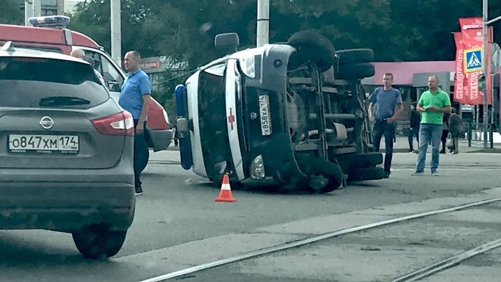 Скорая, перевернувшаяся после ДТП в Магнитогорске, везла пострадавшего в аварии мотоциклиста