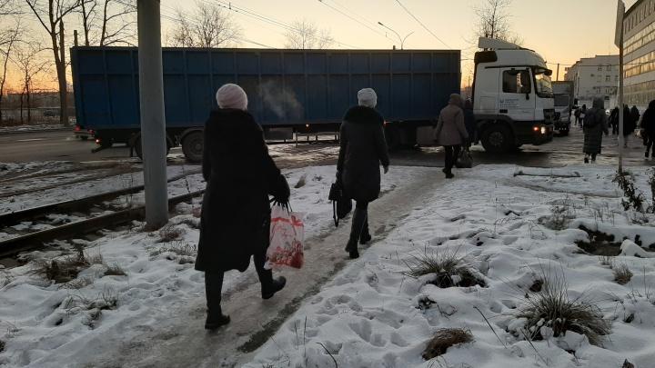 В Ярославле застрявшая на ледяном переезде фура парализовала движение трамваев в час пик