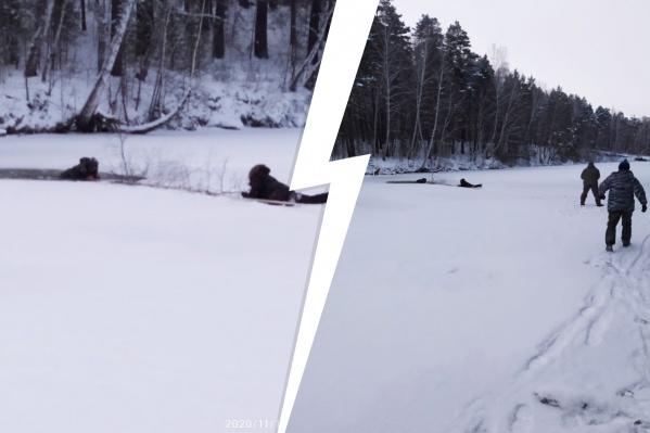 Мужчины вытащили рыбака с помощью длинной ветки и веревки
