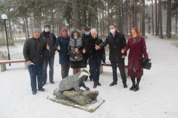 Вокруг нового обитателя шенкурского парка уже фотографируются местные жители
