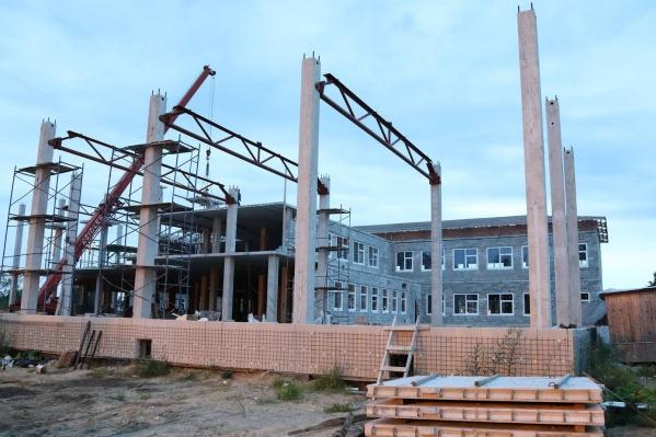 Школу строят с 2014 года