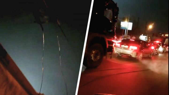 Самогруз оборвал кабель на площади Труда — водители встали в 5-километровую пробку
