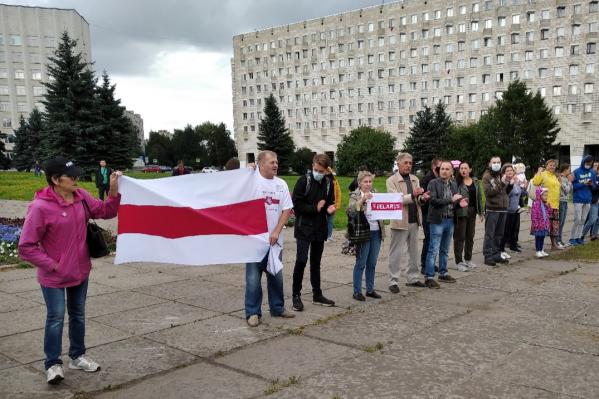 Акция солидарности с протестующими в Хабаровске и Белоруссии прошла на площади Ленина 15 августа. Юрий Чесноков держит флаг справа