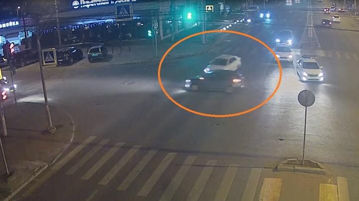 Одним ударом двоих подбил водитель KIA в центре Волгограда — видео ДТП