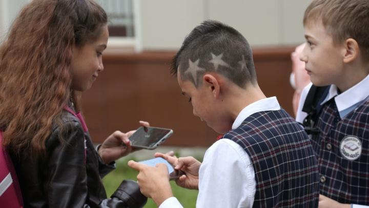 «Звёздные» мальчики и «синие» девочки: смотрим на причёски челябинских школьников в День знаний