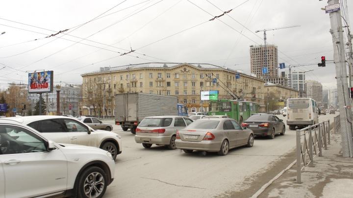 Наглые возле ГПНТБ. Как водители объезжают пробку на красный и перекрывают движение на забитом перекрестке