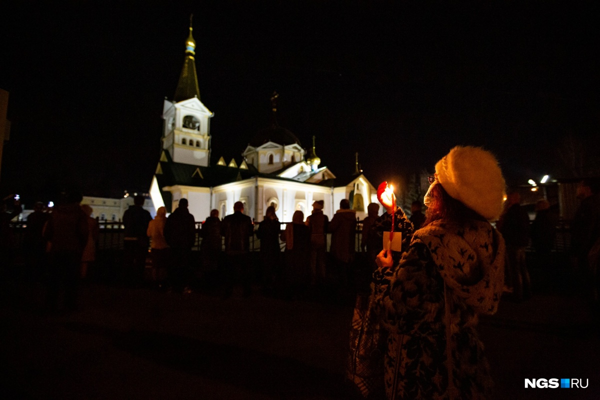 Новосибирск. Прихожане собрались за забором храма