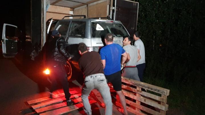 «Видимо, на эвакуатор не хватило»: в Екатеринбурге машину с места ДТП увезли, затолкав в «газель»