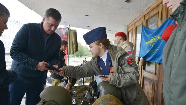 В Архангельске у входа в избирательный участок дети рассказывают про оружие