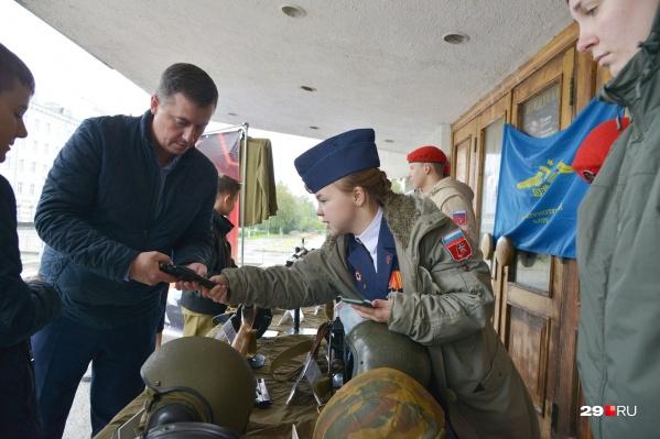 На выставке можно посмотреть и даже подержать в руках оружие Великой Отечественной войны