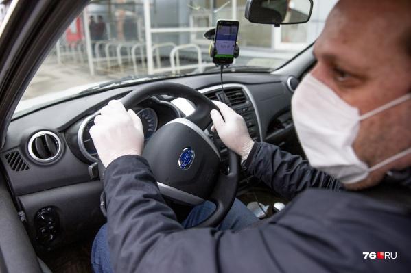 Водителям быть в маске не обязательно, но в публичных местах лучше в ней