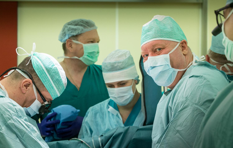 Этот снимок фотограф сделал в тот момент, когда человеку пересадили сердце и оно застучало