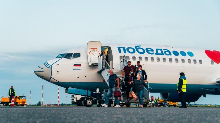 В Омском аэропорту сел самолёт в ковидной ливрее — на нос была надета маска