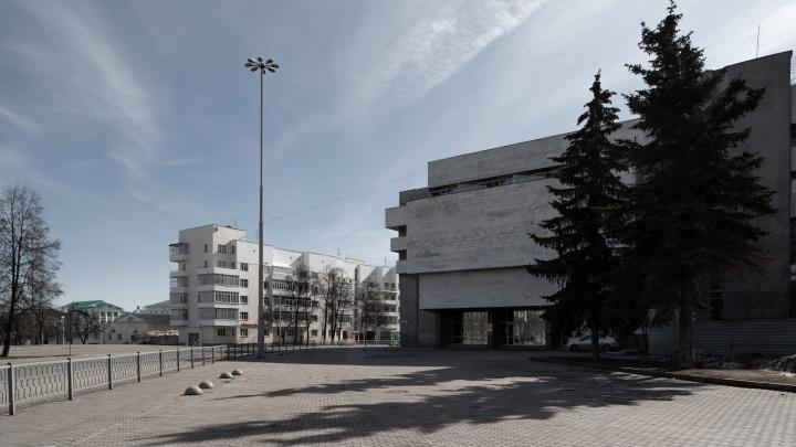 «Птиц стало слышно»: фоторепортаж из пустующего в разгар воскресенья Екатеринбурга