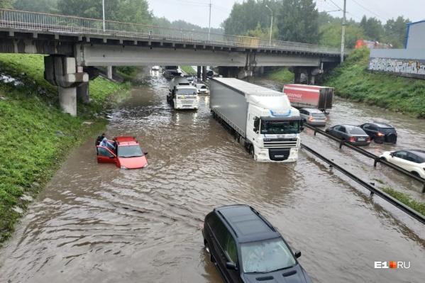 Под Блюхеровским мостом машины буквально утонули