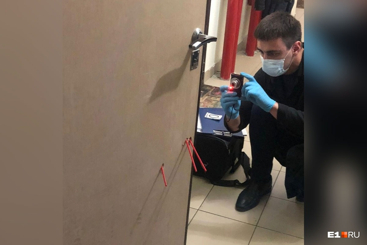 Сотрудники следственного комитета сегодня внимательно изучали дверь и фотографировали пулевые отверстия