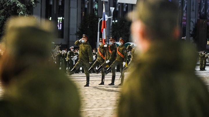 Маски и строевое дистанцирование: смотрим, как на площади 1905 года репетировали парад Победы