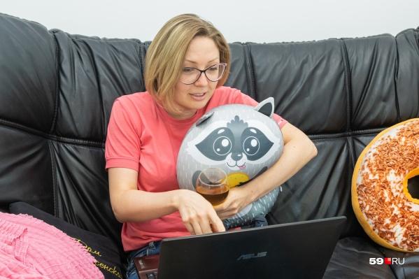 Если из друзей рядом только игрушечный енот, то можно позвонить онлайн-собеседнику