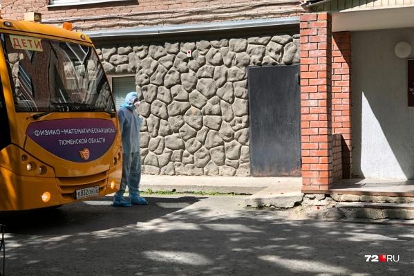 Подъехал первый автобус, на котором вывезут жильцов общежития