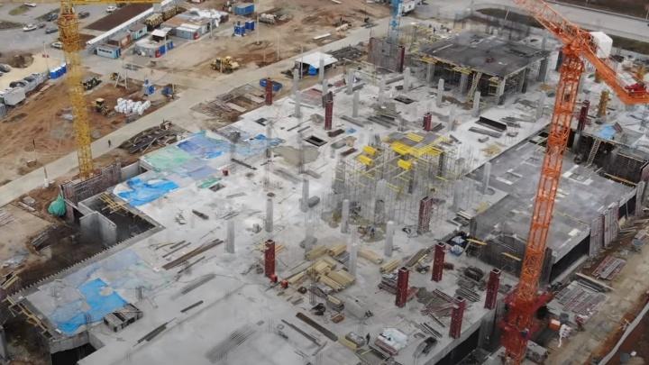 Видео: рабочие закончили первый этаж нового ТЦ в Волгаре