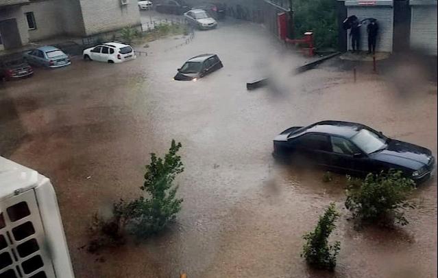 Власти рассказали, почему ливень превратил двор на Извилистой в озеро