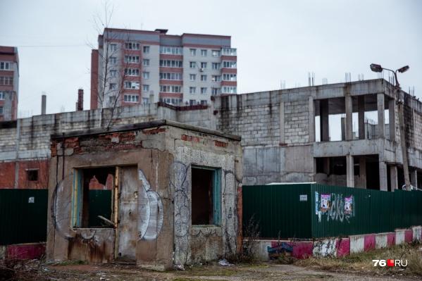 Недострой на улице Труфанова стоит уже больше 20 лет