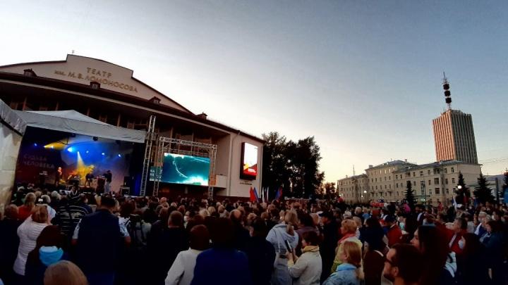 Сотни людей пришли к Драмтеатру послушать Олега Газманова
