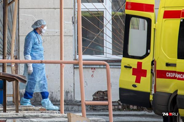 Медики, ударно работающие второй месяц, в шоке от полученной зарплаты