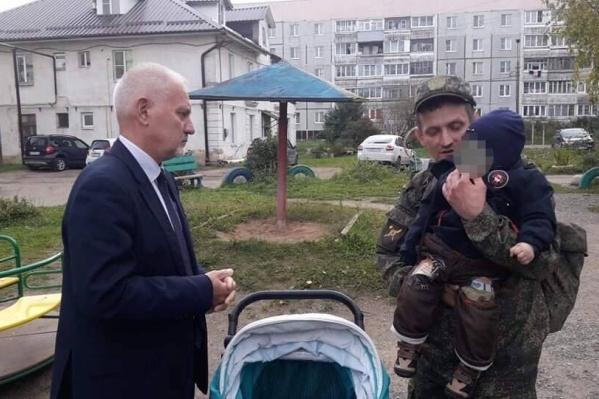 Отец-военный отдаст маленького сына в ясли