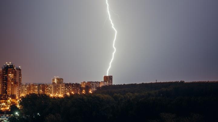 Невообразимые молнии и укладка асфальта в ливень: на Челябинск обрушилась сильная гроза