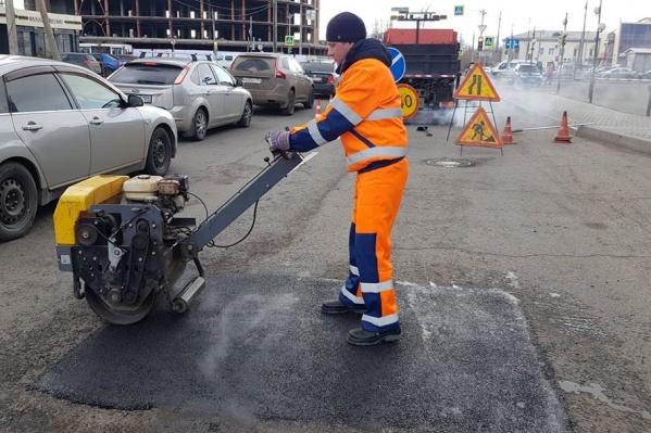 Пока дорожники приступили к ямочному ремонту дорог