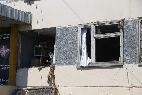 Из-за детонациигазовоздушной смеси выбило стёкла на первом этаже здания