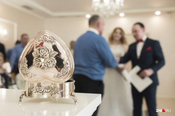 Жених и невеста могут снять маски в зале для церемоний