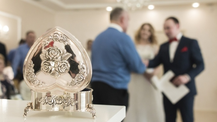 Кто на свадьбе должен быть в маске и когда можно ее снять: ответ правительства Архангельской области