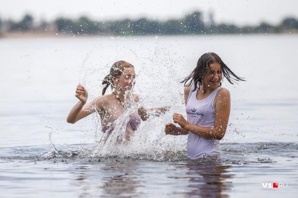 Волгоградцы самостоятельно открывают пляжный сезон