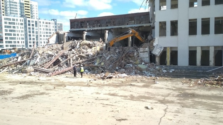 Во время сноса старого завода во Втузгородке завалило обломками экскаватор