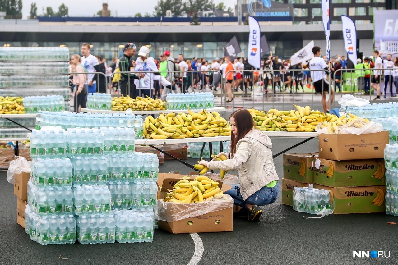 На финише спортсменов ждали вода и бананы