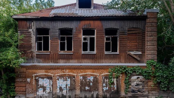 Мэрия Екатеринбурга выставила на торги историческое здание с собакой-граффити. Цена — 57 миллионов