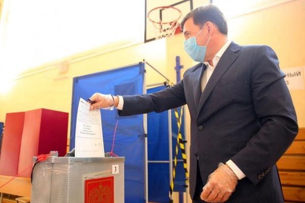 На избирательных участках пытаются создать почти стерильные условия, в этом Евгений Куйвашев убедился сегодня сам
