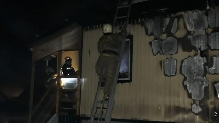 В Старом Кировске крупный пожар — тушить дом выехали 76 спасателей