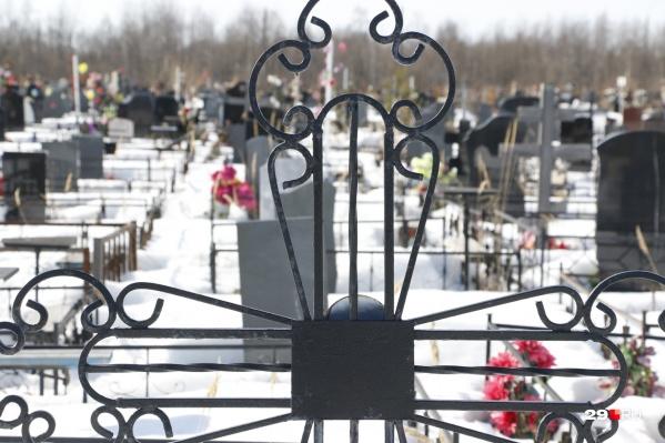 """Во время похорон человека, у которого был подтвержден <nobr class=""""_"""">COVID-19</nobr>, просят соблюдать основные меры безопасности: быть в СИЗах, не допускать массового скопления людей<br>"""