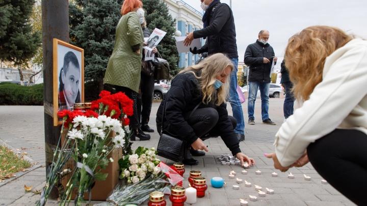 «Подстрекательницу нельзя оставлять безнаказанной»: коллеги убитого Романа Гребенюка несут цветы к Сбербанку